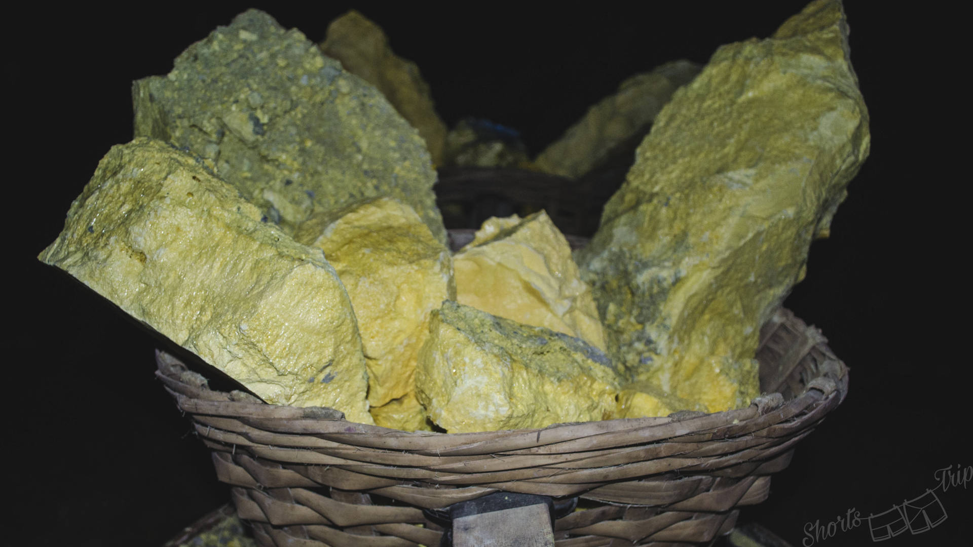 sulphur ijen, piece of sulphur ijen, ijen hike, ijen how to hike, how to climb ijen on your own, how to climb ijen at night, ijen indonesia information, ijen volcano hike